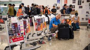 De flesta strandsatta resenärer verkar ge demonstranterna sitt stöd