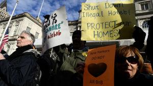 En grupp demonstranter protesterar mot Airbnb i New York i januari 2015.