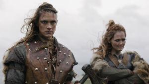 Närbild på sköldmöerna Alfhildr (Krista Kosonen) och Urd (Ágústa Eva Erlendsdóttir).