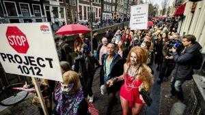 Demonstration mot planer på att stänga skyltfönster i De Wallen.