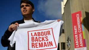 "En aktivist håller upp en t-shirt med texten ""Labour backs remain"""