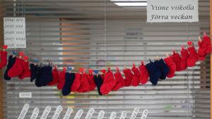 Röda och blå strumpor på ett band på en förlossningsavdelning.