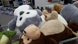 Stora kramdjur ligger på rygg i en gallerbur.