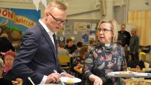En man och en kvinna som tar mat.