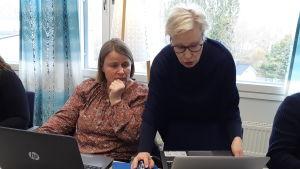 Förretagarna Susse Ekström och Virve Haahti lär sig hur Tripadvisor fungerar.
