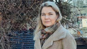 Heidi Hedström i trädgården.