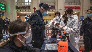 Kontrollerna och säkerhetsåtgärderna på järnvägsstationen i Wuhan var fortsatt rigorösa på onsdagen.