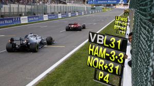 Depåpersonal visar upp en tidsskylt åt en Mercedesbil