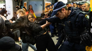 Ppolisen i Sydney sprayar pepparspray mot demonstranter i Sydney, Australien. Demonstranterna protesterar mot att så många aboriginer dött i polishäkte i Australien - protesten är också kopplad till Black Lives Matter -rörelsen i USA.