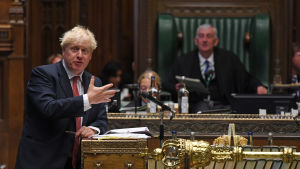 Boris Johnson talar till underhuset i London.