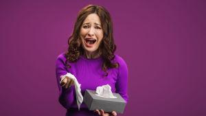 Gråtande kvinna i lila tröja