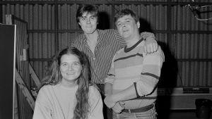 Radioteatterin kuunnelman Hämärimmällä hetkellä -näyttelijät Erja Manto, Ville Sandqvist ja Harri Hyttinen vuonna 1986. ri mies).