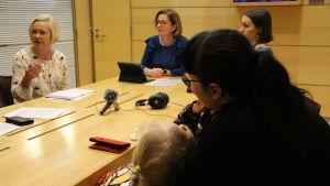 Maria och Varja lyssnar på riksdagsledamötena Mari Rantanen och Anneli Kiljunen