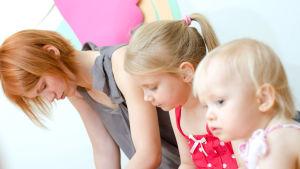 Deprimerad mamma och två små barn fotade i profil