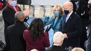 Joe Biden och frun Jill lämnar ceremonin.