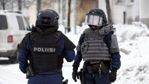 Polis i tyngre utrustning i Esbo 29.1.2021.