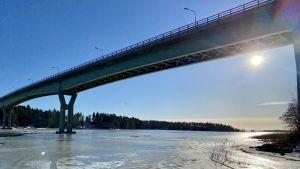 Vy mot Emsalö bro från sjöbevakningsstationen Kuggen. Solen lyser på isen som är öppen ställvis.