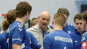 Ola Lindgren instruerar finländska landslagsspelare.