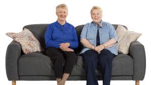 Sohvaperunat Kaarina ja Sinikka istuvat sohvalla.
