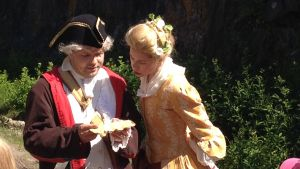 Ingemar Raukola och Alexandra Gustafsson leder barngrupperna genom äventyret.