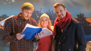 BUU-klubbsledarna Staffan, Eva och Jontti tittar på manuset för årets julkalender.