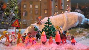 Små figurer i vintrig julkalendersmiljö i BUU-studion.