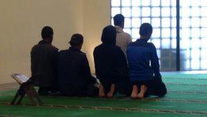 Moskéerna säger att de inte kan känna varje besökare.