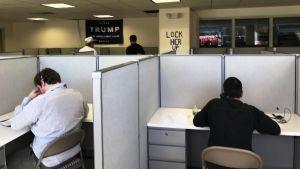 I republikanernas kampanjlokal sitter frivilliga som ringer samtal för Donald Trump.