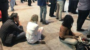 Festen kom av sig när det började ta delstat efter delstat. Många slog sig uppgivet ned på golvet.