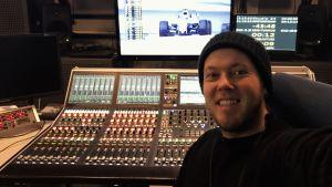 Mikael Grönroos är kompositör och sångare i Strumphittarna 2017