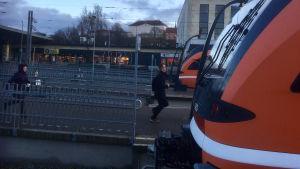 Två personer springer till tåget på Balti jaam, Tallinns järnvägsstation.