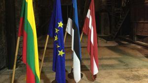 Litauens, EUs, Estlands och Lettlands flaggor.