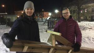 Marie Sjölind och Anneli Bertell utanför Malmögårdens daghem vid gungbrädet som föräldraföreningen byggt på talko.