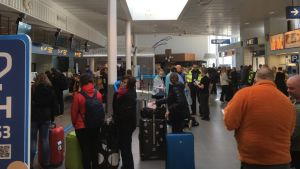 Resenärer väntar på att få checka in på Vasa flygplats.
