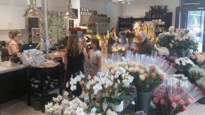 Bråda tider i blomsterhandlarna nu.