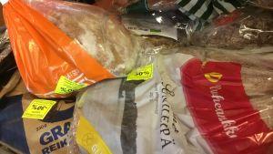 Brödpåsar med gula rabattlappar.