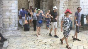Många turister kommer in i Dubrovniks Gamla stad genom en av de medeltida stadsportarna.
