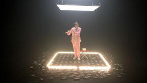 Jimi Tenor soittaa huilua valoneliössä. Kuva Ääniä elokuvasta -pätkien kuvauksista.
