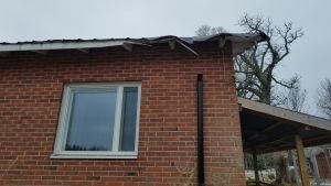 Taket på huset blev skadat i stormen.