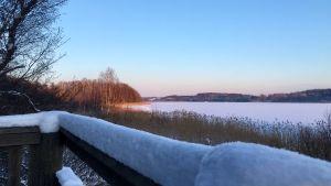 Vy över ett vintrigt Läppträsket i Karis.