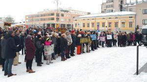 En stor grupp människor har samlats för en manifestation på Jakobstads torg.
