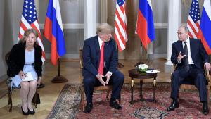 Putin och Trump i samtal i Helsingfors framför nationsflaggorna, längst till vänster Trumps tolk.