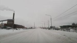 Vinterväg i fabriksområde.
