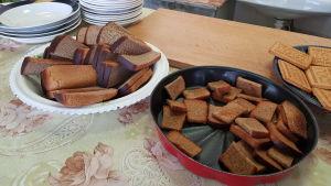 Bröd och skorpor med vitlök  serveras varje dag.