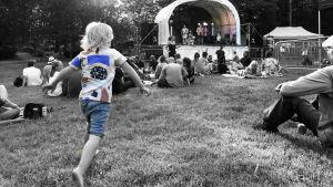 Liten pojke springer mot scen på Alpparkens utomhuskonsert där Pastis spelar i juli 2018.
