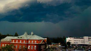 Mörka åskmoln ovanför byggnader i Vasa.