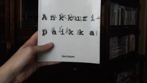 Pentti Holapan runoteos kädessä