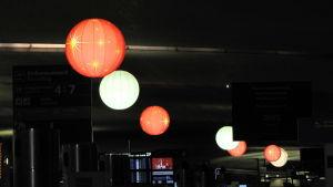 flygplats och dekorationsbollar