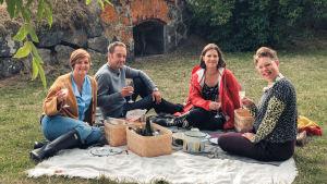 Maria Sundblom Lindberg, Alexis Enforcersd höjda skålar., Eva Frantz och Maria Norman på picnick