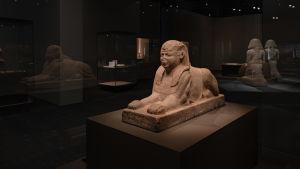 En sfinx på Amos Rex utställning Egyptens prakt.